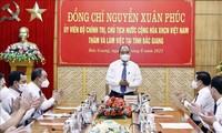 Nguyên Xuân Phuc travaille avec les responsables de la ville de Bac Giang
