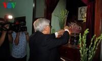 Генсек ЦК КПВ Нгуен Фу Чонг зажег благовония в память о Хо Ши Мине