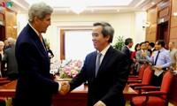 Нгуен Ван Бинь принял бывшего госсекретаря США Джона Керри