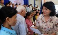 Данг Тхи Нгок Тхинь навестила и вручила подарки семьям льготной категории и детям