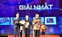 Церемония вручения призов победителям викторины об исторических визитах Президента Хо Ши Мина в Индонезию и Президента Сукарно во Вьетнам