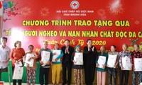 Руководители партии и государства Вьетнама вручили новогодние подарки в разных районах