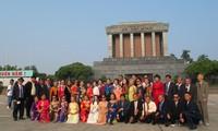 Đoàn cựu giáo viên kiều bào tại Thái Lan về thăm quê hương