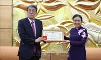 """Trao Kỷ niệm chương """"Vì hòa bình hữu nghị giữa các dân tộc"""" tặng Đại sứ Nhật Bản tại Việt Nam Umeda Kunio"""