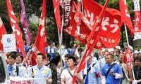 Pawai besar-besaran sehubungan dengan Hari Buruh Internasional 1 Mei di dunia