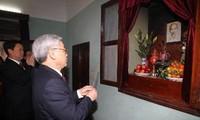 Sekjen KS PKV, Nguyen Phu Trong membakar hio mengenangkan Presiden Ho Chi Minh