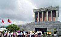 Lebih dari 60.000 orang  datang berziarah kepada Mousolium Presiden Ho Chi Minh pada 30 April dan 1 Mei