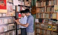 Kalangan pemuda Vietnam dan hobi mengoleksi buku dan koran lama