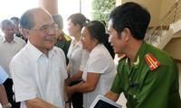 Ketua MN Vietnam, Nguyen Sinh Hung melakukan kontak dengan pemilih propinsi Ha Tinh