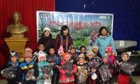 VOV5 mengunjungi dan memberikan bingkisan kepada  warga etnis minoritas di propinsi Ha Giang