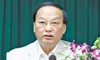Kepala Departemen Organisasi KS PKV memberikan bingkisan sehubungan dengan Hari Raya Tet