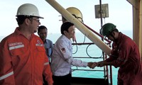 Prersiden Vietnam, Truong Tang Sang mengucapkan selamat Hari Raya Tet di tambang minyak Bach Ho