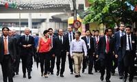 Orang- orang keturunan Vietnam yang mendampingi Pres.Perancis dalam kunjungan di Vietnam
