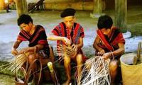 Kerajinan tangan dari warga etnis minoritas Kho Mu