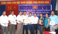 Вьетнамцы в Лаосе поддерживают солдат и жителей в море и на островах страны