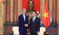 Президент Вьетнама принял бывшего госсекретаря США Джона Керри