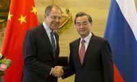 Главы МИД РФ и КНР обсудили по телефону вопросы двусторонних отношений