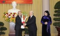Нгуен Фу Чонг вручил партийные значки высокопоставленным руководителям государства