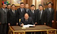 Une délégation vietnamienne de haut niveau rend hommage au roi Bhumibol