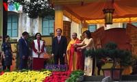 Le président Tran Dai Quang offre de l'encens à la cité royale de Thang Long