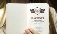 """Ukraine : la reconnaissance russe des passeports séparatistes """"inacceptable"""" pour l'Occident"""