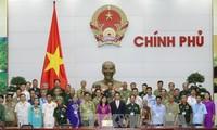 Vu Duc Dam rencontre les personnes méritantes de Lang Son et de Quang Nam