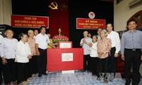 Nguyên Phu Trong remet des cadeaux aux personnes méritantes de la révolution à Hanoï