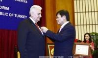 Remise de la médaille «Pour la cause des sciences sociales du Vietnam» au Premier ministre turc