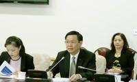 Le vice Premier-ministre Vuong Dinh Hue travaille avec des experts de l'OIT