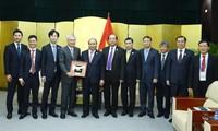 Nguyen Xuan Phuc reçoit les responsables de grands groupes économiques