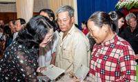 Dang Thi Ngoc Thinh remet des cadeaux à des personnes démunies d'An Giang