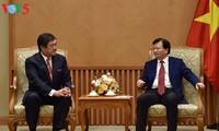 Le vice-Premier ministre Trinh Dinh Dung reçoit le PDG du groupe Mitsui