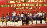 Nguyen Thi Kim Ngan remet des cadeaux aux personnes démunies de Tien Giang