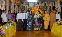 Truong Thi Mai rend visite à l'église bouddhique du Vietnam