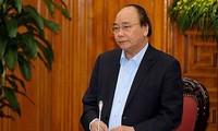 Nguyên Xuân Phuc travaille avec son groupe de conseillers économiques