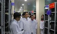 Le vice-Premier ministre Vu Duc Dam visite le centre des archives nationales de Da Lat