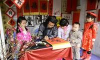 Demander une calligraphie, une coutume des Vietnamiens pendant le Têt