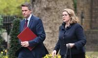 Fuites sur Huawei : Theresa May limoge son ministre de la Défense