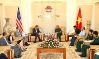 Le vice-ministre de la Défense Nguyên Chi Vinh reçoit le directeur de l'USAID