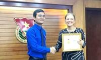 Remise de l'insigne «Pour la jeune génération» à la représentante du FNUAP au Vietnam