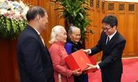 D'anciens prisonniers révolutionnaires de Quang Ngai reçus par Vu Duc Dam