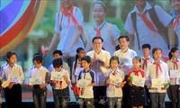 Le vice-Premier ministre Vuong Dinh Huê à une soirée de gala en soutien aux élèves démunis
