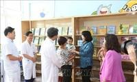 Dang Thi Ngoc Thinh distribue des cadeaux à des enfants cancéreux