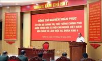 Nguyên Xuân Phuc travaille avec des responsables de la 4e zone militaire