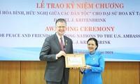 L'ambassadeur des États-Unis décoré de l'insigne «Pour la paix et l'amitié entre les peuples»