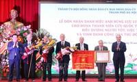 """Les anciens """"jeunes de la citadelle de Hoàng Diêu pour le salut national"""" décorés du titre de héros des forces armées populaires"""