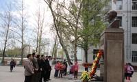 Đại sứ quán Việt Nam tại Mông Cổ và cộng đồng  Việt dâng hoa lên tượng Bác Hồ