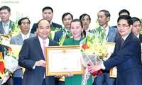 Thủ tướng Nguyễn Xuân Phúc trao thưởng cho các tổ chức và cá nhân có thành tích xuất sắc về tam nông