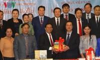 Việt Nam trao tặng 15 đầu sách chính trị cho Lào