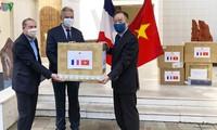 Đại sứ quán Việt Nam tại Pháp trao tặng khẩu trang cho các bạn Pháp